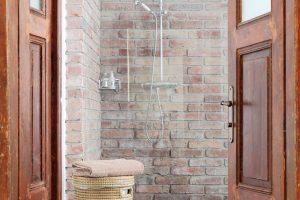 Interiérové dveře ve spodním patře se naštěstí dochovaly asvým lehce omšelým vzhledem dodávají koupelně kouzlo starých časů. foto Robert Žákovič