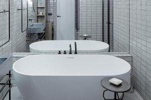 Téměř celou jednu stěnu vkoupelně pokrývá zrcadlo, před nímž se vyjímá vana Riho Bilbao. foto Jakub Skokan a Martin Tůma z BoysPlayNice
