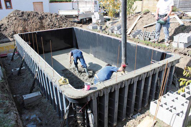 Vlastní betonáž za použití pumpy na beton. Stěny i dno se betonují najednou. Vznikne tak samonosná monolitická konstrukce.