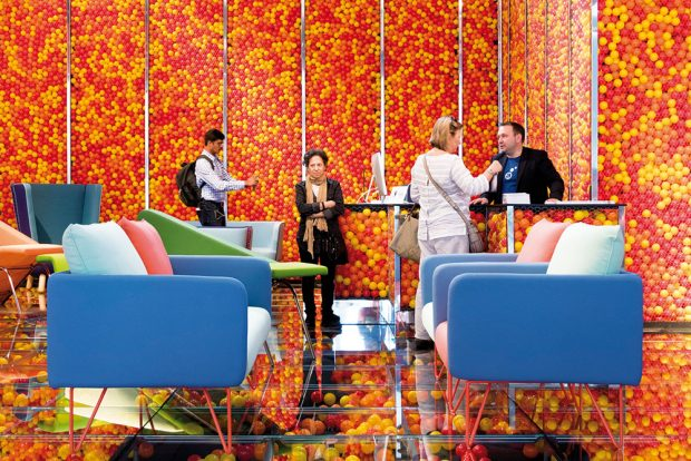 Už způsob prezentace moderních pohovek akřesel italské značky Adrenalina naznačuje, že její designéři nebudou mít příliš vlásce nevýrazné odstíny. Nábytek, který křičí barvami, všemožnými tvary aze kterého prýští energie, je rozhodně pro odvážnější typy. FOTO SALONE DEL MOBILE
