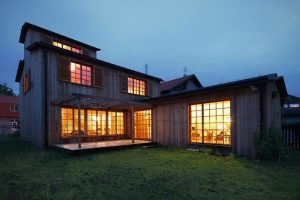 Novostavba dřevostavby s venkovským kouzlem stojí přímo v Praze