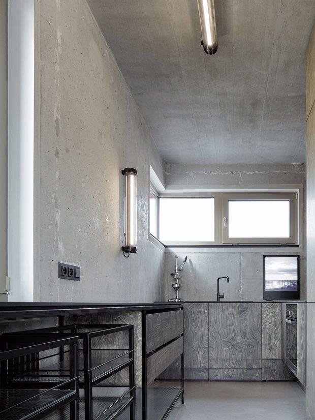 Jednoduchou kuchyňskou linku všedých odstínech osvěcují elegantní nástěnná svítidla Polaboy. foto Jakub Skokan a Martin Tůma z BoysPlayNice