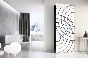Dveře Master snanesenou tapetou geometrického vzoru askrytými zárubněmi. Výplň tvoří penetrovaná MDF deska, na které je nanesena tapeta. Foto J.A.P.