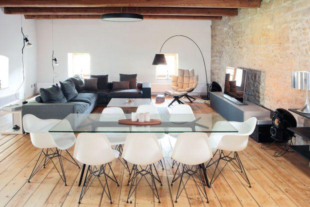 V obývacím pokoji spojeném sjídelnou akuchyní zůstaly původní dřevěné parkety, které vkombinaci snábytkem vytvářejí útulný ielegantní dojem. Původní je icelá kamenná stěna za televizí. foto Robert Žákovič