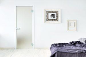 Celoskleněné otočné dveře ze skla Graduel vynikají postupným přechodem zneprůhledného Satináta až po zcela čiré sklo. Jedná se opraktický prvek do domácnosti, doplnit jej můžete různým typem zárubní, např. Normal ořechovou dýhou. Foto Sapeli