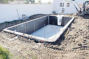 Zásyp bazénu a osazení filtrační jednotky.