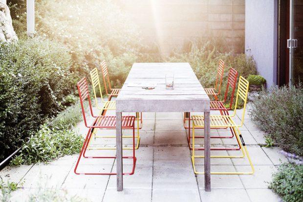 Na Salone del Mobile letos vystavovala také česká značka Egoe. Odvážná třínohá židle Tina (ano, opravdu třínohá, nejedná se ochybu) mě zaujala na první pohled. Vizuální lehkost by se dala skoro krájet. Nebojte se, židle vás unese díky velmi pevným ocelovým pozinkovaným trubkám. Designéři mysleli ina větší pohodlnost, avy tak můžete zvolit ivariantu spodručkami adoplnit je ovoděodolné textilní polstrování. Foto Egoe