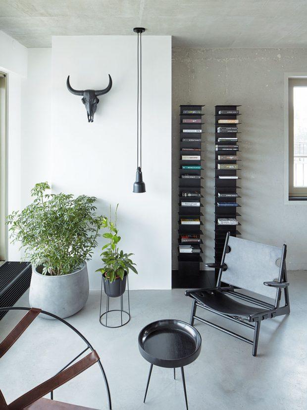 Vbytě naleznete řadu nevšedních míst ksezení. Jedním znich je ilovecké křeslo z50. let 20. století od Børgeho Mogensena nebo křeslo zkožených pásků FDC1 ze stejného období od brazilského architekta Flavii de Carvalha, které je velmi pohodlné, přestože na to nevypadá. foto Jakub Skokan a Martin Tůma z BoysPlayNice