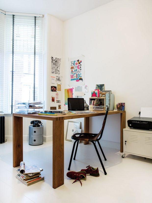 Pracovna je místností sdostatkem světla aklidu. Ivtéto místnosti je majitelka obklopena milými drobnostmi. Foto Femque Schook pro Westwing Home and Living