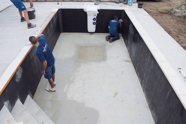 Povrchové úpravy dna a příprava na položení obrubní dlažby.