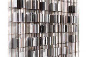 Pro konstrukci knihovny Metrica využili designéři firmy průmyslově zpracované tyče různých průměrů, které aplikovali vnepravidelném sledu. Ačkoli je primární účel knihovny jasný, tenhle kus se krásně vyjímá ipoloprázdný, nechávaje bez obalu vyniknout svůj materiál akostru. Foto Mogg