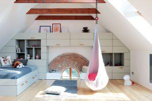 V dětském pokoji je spousta úložného prostoru a díky zkoseným vyšším stropům se sem vejde i houpací pytel. foto Robert Žákovič