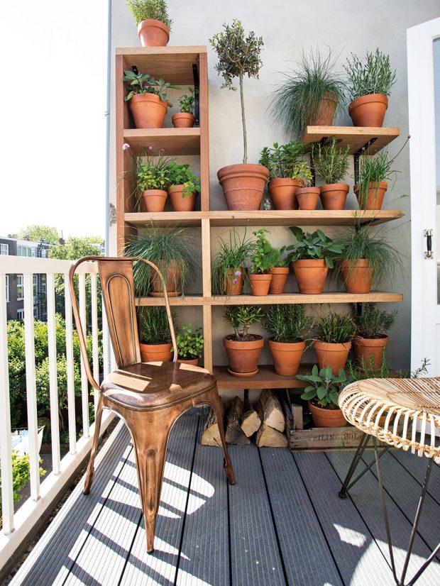 Police sbylinkami je krásný ipraktický nápad. Odetta sice není nejlepší zahradnicí, ale bylinkám se uní prý daří výborně. Foto Femque Schook pro Westwing Home and Living