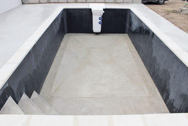 Před natažením lineru je třeba dokonale vyluxovat dno bazénu.