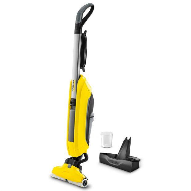 Kärcher čistička podlah FC 5, čistička na podlahy 2 v 1, stírá i vysává v jednom kroku, automaticky poháněné rotující válce pojmou volné, přischlé i vlhké nečistoty, ty jsou smáčeny čistou vodou, zatímco je špinavá voda přímo vysávána, vhodná pro všechny typy tvrdých podlah, 6 490 Kč.