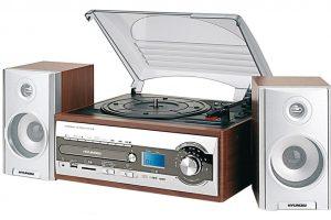Mikrosystém Hyundai RTC 182 SU RIP, mikrověž sgramofonem, přehrává CD-R/RW, MP3 aWMA, převádění hudby zCD nebo gramodesky do MP3 přehrávačů, rychlost roztáčení desky 33/45 ot./min., USB vstup aslot pro SD/MMC karty, zabudovaný zesilovač 2 x 2W iline out výstup pro další zesilovač, prodává Euronics, 2 999 Kč.
