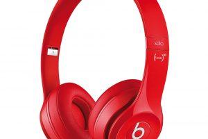 Sluchátka Beats by Dr.Dre Solo 2, frekvenční rozsah 20–20 000 Hz, skládací konstrukce, smikrofonem, ovladač RemoteTalk na kabelu (kompatibilní siOS), pouzdro na přenášení, zcharitativní edice Product Red, nákupem přispějete na boj proti AIDS, 3 978 Kč.