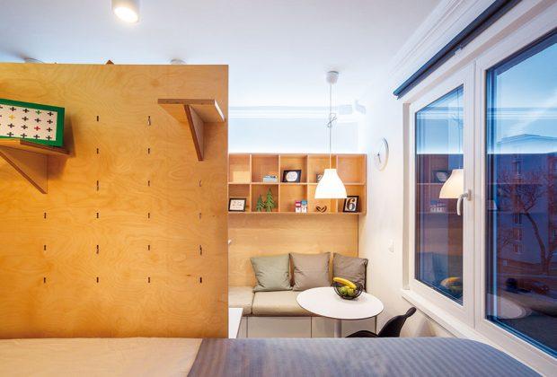 Za kuchyňskou linkou se tyčí dělicí překližková stěna, která odděluje jídelní a spací část. FOTO MARIE KUKULOVÁ