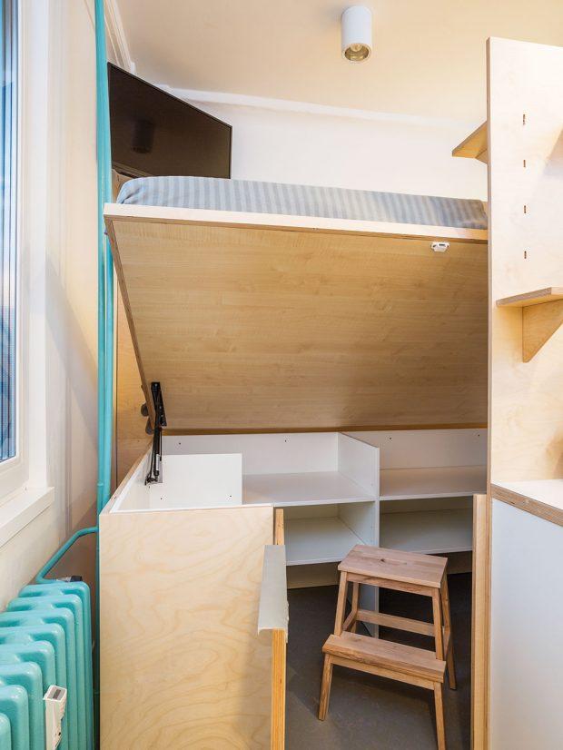 Postel je umístěna ve vyvýšeném patře. Po odklopení postele se otevírá úložný prostor, který je snadno přístupný. FOTO MARIE KUKULOVÁ