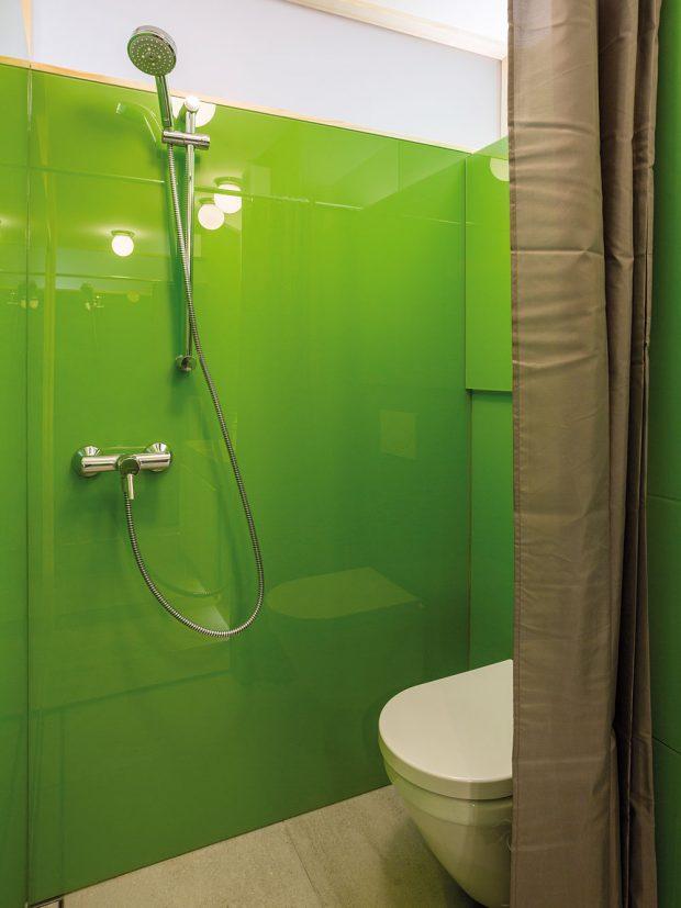 Plocha koupelny se oproti původnímu stavu zvětšila, ikdyž bylo nutné spokojit se snestandardním sprchovým koutem. FOTO MARIE KUKULOVÁ
