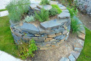 Bylinkova spirala se hodi i do moderni zahrady.