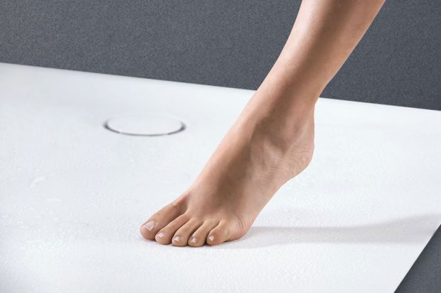 Geberit Setaplano. Odpad ploché vaničky Geberit Setaplano je umístěný nenápadně na straně, aby se chodidla během sprchování nemusela vyhýbat krytce, ani odtékající vodě. zdroj Geberit