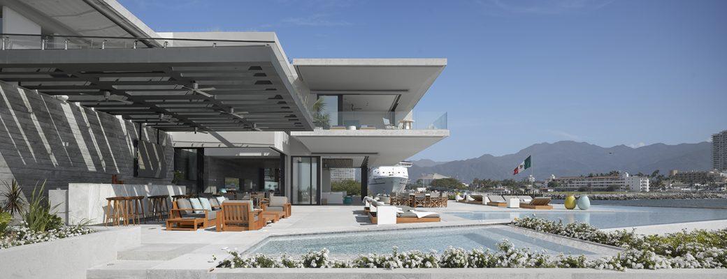 Luxusní dramatický dům, který se dívá na oceán
