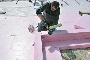 Zateplení základů. Nepodceňujte izolaci už od základů. Vhodným řešením ina izolaci stěn do vlhkých prostor je vytvoření ztraceného bednění ztepelné izolace ztvrzeného polystyrenu Austrotherm XPS TOP 30 GK vprocesu výkopových prací základových konstrukcí. Vjednom technologickém postupu zabezpečíte jak bednění, tak izolaci základových pásů po obvodu domu. Druhou možností, jak zabezpečit celoplošné zateplení základových konstrukcí, je použít uzákladové desky Austrotherm XPS – tepelněizolační systém, který slouží kzateplení základové desky ze spodní strany. Oba systémy mají vysokou odolnost proti vodě adobré tepelněizolační iekologické vlastnosti. FOTO AUSTROTHERM