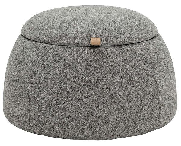 VLNĚNÝ PUF súložným prostorem od značky Bloomingville, dostupný ivtmavě šedé barvě, 55 × 40 cm, 430 €, www.livingandcompany.com