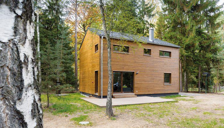 Montovaná dřevostavba přímo pod korunami stromů v Kersku