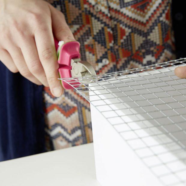 """1. STŘÍHÁNÍ Před """"vylepšením"""" poličky potřebujeme správnou velikost pletiva (nebo mřížky) v závislosti na velikosti regálu.foto: Möbelix"""