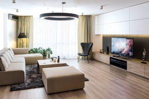 Světlá sedačka doplněná rozložitějším otomanem do bytu přesně zapadla, což také bylo hlavním kritériem při jejím výběru. FOTO NORA AJAKUB ČAPRNKOVI