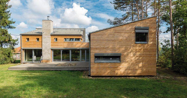 Není dřevostavba jako dřevostavba: Dominantní komín i betónová zeď!