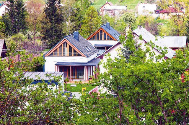 Na pozemku širokém jen šestnáct metrů navrhl architekt Peter Kasman dva rodinné domy pro rodiny sourozenců aumístil je tak, aby žádné zrodin nic nechybělo kpříjemnému bydlení. Jeho řešení se osvědčilo už po dvou letech bydlení. (pohled ze západu, od přístupové cesty). FOTO TREEA