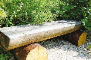 Pokud potřebujete být někdy sami, klidně si na zahradě vytvořte svůj soukromý koutek smalou lavičkou. FOTO LUCIE PEUKERTOVÁ