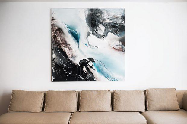 Byt dekorují tři velká plátna. Autorkou dvojice obrazů vdenní části je Češka Nikol Struhárová, ten vložnici zase namalovala Slovenka Gabriela Halás. FOTO NORA AJAKUB ČAPRNKOVI