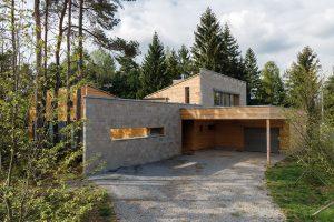 Betonová stěna vytváří zjedné strany zákryt pro garážové stání. Foto Martin Zeman