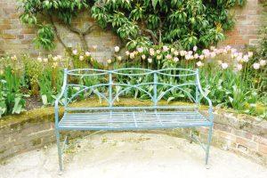 Při umisťování lavičky do zahrady pamatujte, že se budete cítit pohodlněji, když budete mít krytá záda. FOTO LUCIE PEUKERTOVÁ