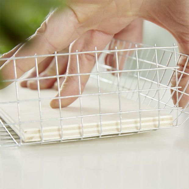 3. REZERVA U pletiva necháme pár centimetrů navíc, budeme je potřebovat při připevňování do rámečků.foto: Möbelix
