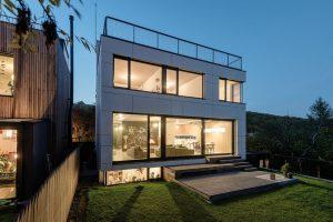 Do zahrady se dům obrací jednoduchou fasádou, jíž dominují velké zasklené plochy. FOTO BORIS MELUŠ