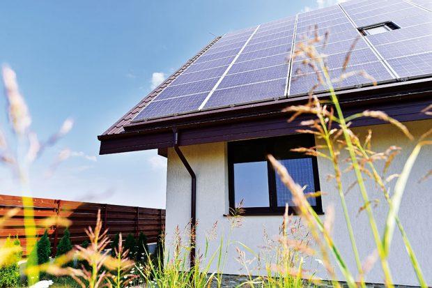 Vhodnou kombinací může být spojení technologie solárních panelů pro ohřev vody afotovoltaiky pro výrobu elektrického proudu. FOTO ISIFA/SHUTTERSTOCK