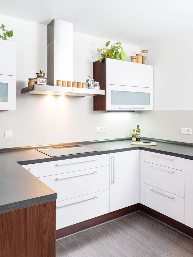 Vlevém výklenku místnosti je umístěna kuchyň v neutrálních barvách. Foto RD Rýmařov