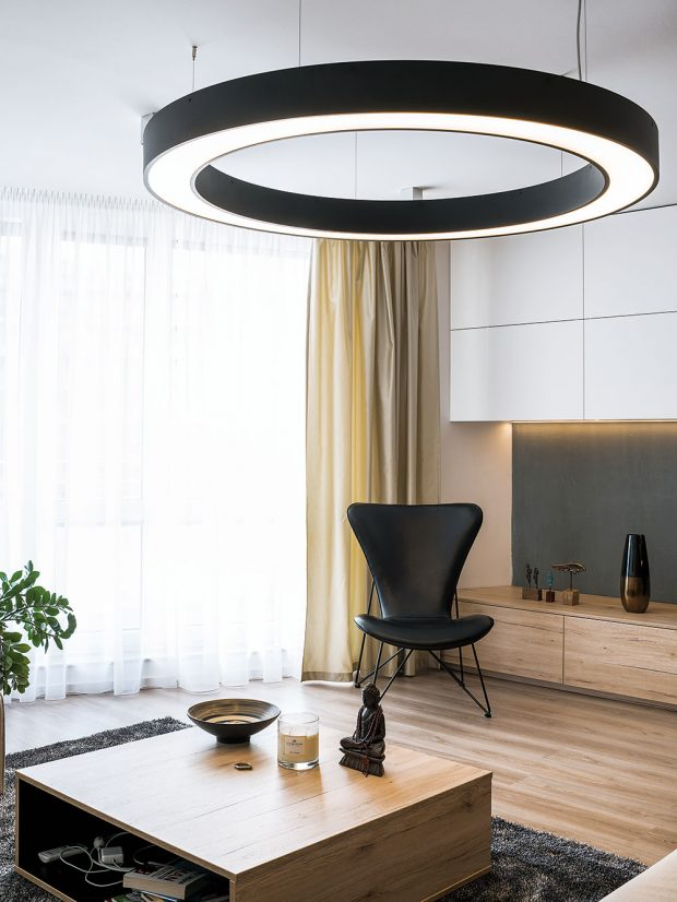 Světelná obruč vobývacím pokoji, tzv. ufo, představuje nejvýraznější prvek osvětlení – intenzitu světla lze podobně jako vpřípadě LED pásů různě nastavit. Přidaným bonusem je dekorativní funkce. FOTO NORA AJAKUB ČAPRNKOVI