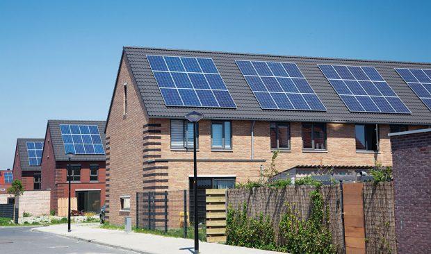 Vpřípadě, že se sumístěním panelů počítá už vnávrhu projektu domu, nepůsobí na střeše vůbec rušivě. FOTO ISIFA/SHUTTERSTOCK