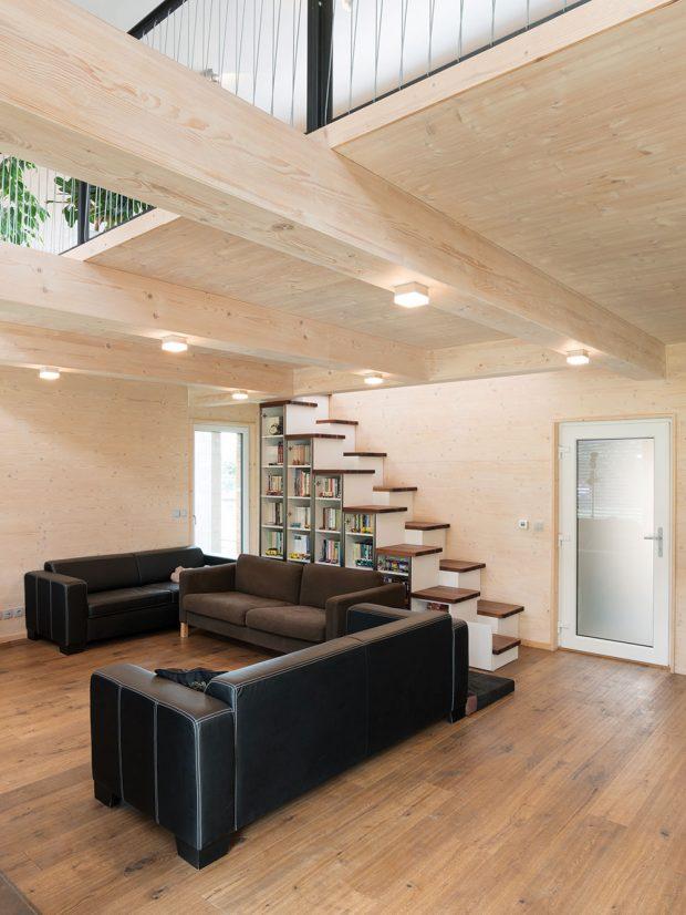 Zajímavým interiérovým prvkem jsou mlynářské schody, vedoucí do druhého podlaží, které zboku slouží také jako knihovna. Foto Martin Zeman
