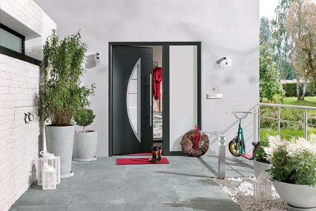 Dveře ThermoPro Plus mají hliníkovou zárubeň strojnásobnou těsnicí rovinou. Ochranné prosklení je také trojité, avnitřní prostory jsou tak skvěle tepelně odizolovány od vnějšího prostředí. Mezi standardní vybavení dveří patří vnitřní klika zušlechtilé oceli avnější rozeta. FOTO HÖRMANN