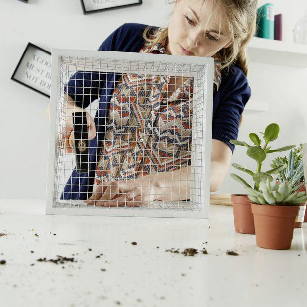 5. PŘIBÍJENÍ Pomocí kladiva a hřebíků připevníme pletivo k rámečku.foto: Möbelix