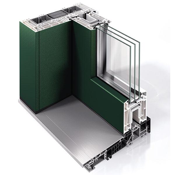 Rodinný dům splastovými okny Schüco, která pokrývá dekorační fólie. Povrch Schüco AutomotiveFinish vmetalízových barvách ivybraných odstínech RAL je barevně konzistentní, odolný vůči oděru, povětrnostním vlivům či chemikáliím. Okenní profil lze také zvnější strany vybavit hliníkovou krycí lištou Schüco Corona TopAlu. Docílíte tak elegantního vzhledu hliníkového okna při zachování standardu tepelné izolace atěsnosti plastových profilů. FOTO SCHÜCO