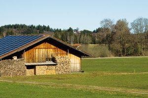 """Fotovoltaika svyužitím akumulátorové technologie může být jednou zcest kvysněnému soběstačnému """"ostrovnímu domu"""". FOTO ISIFA/SHUTTERSTOCK"""