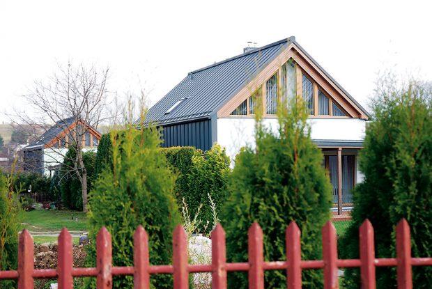 Důmyslné řešení. Severní fasády chrání před nepřízní počasí hliníková střešní krytina spuštěná až po terén – ozvláštňuje jednoduše tvarované domy a zároveň zlepšuje jejich energetickou bilanci. FOTO TREEA